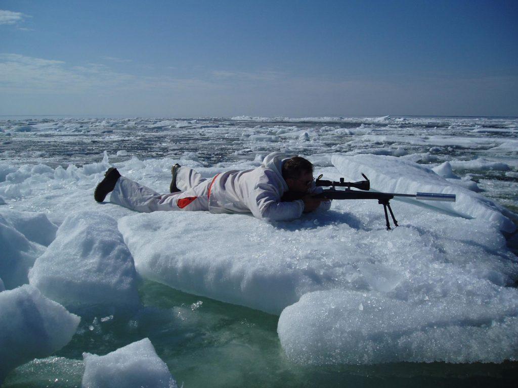 Metsästäjä makaa jäällä