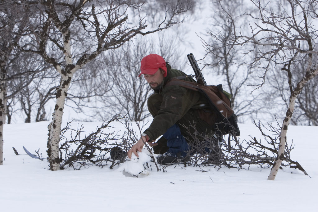 Metsästäjä kokemassa pyydystä