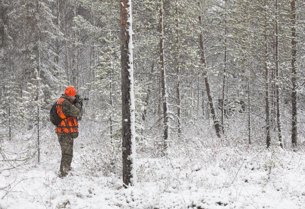 Metsästäjä tähtää hirveä