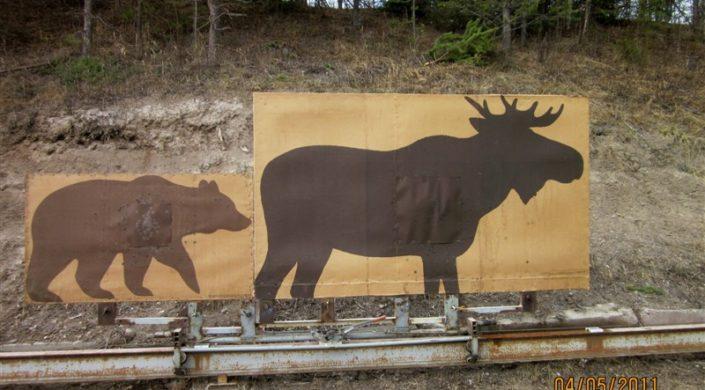 Ampumakokeissa käytettävät maalitaulut kiskoilla. Vasemmalla karhutaulu ja oikealla hirvitaulu.
