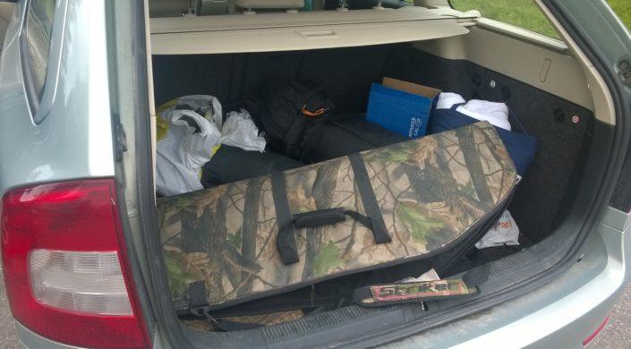 Ase suojuksessa auton tavaratilassa. Vapen skyddad i bagageutrymmet på en bil.