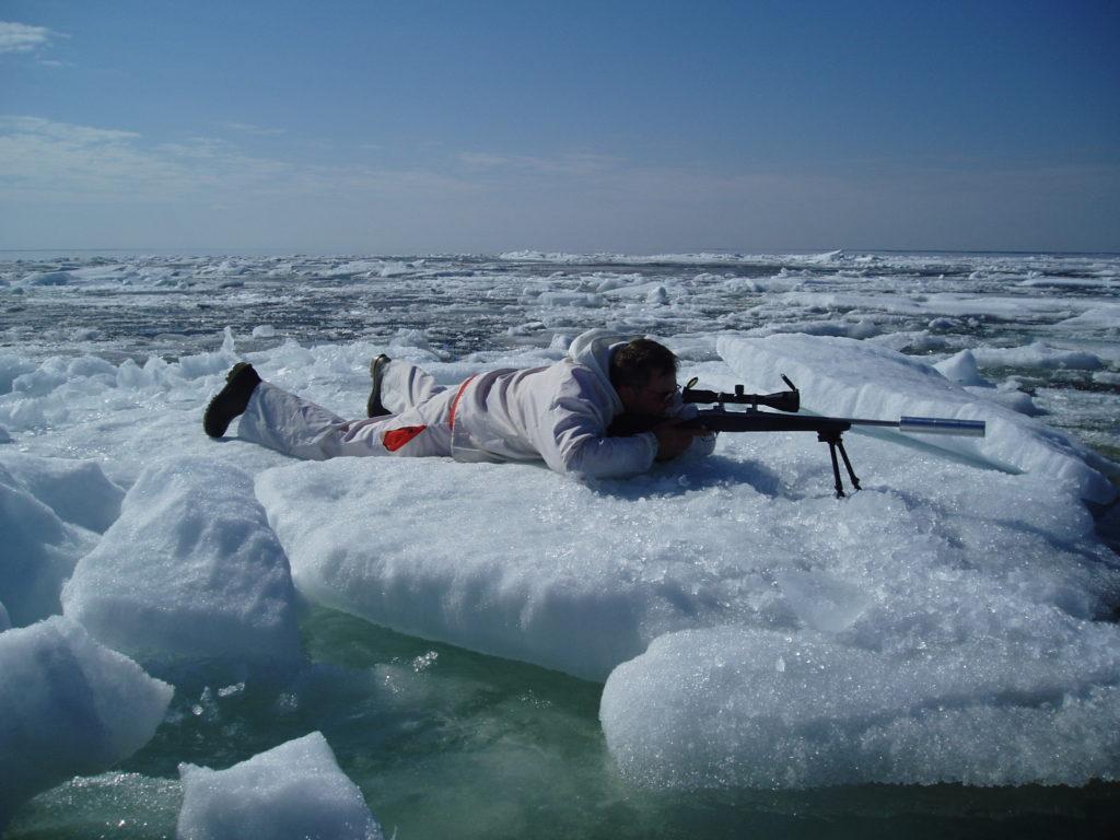 Jägaren ligger på isen.