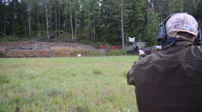 Ampumaharjoittelua liikkuvaan maaliin ampumaradalla.